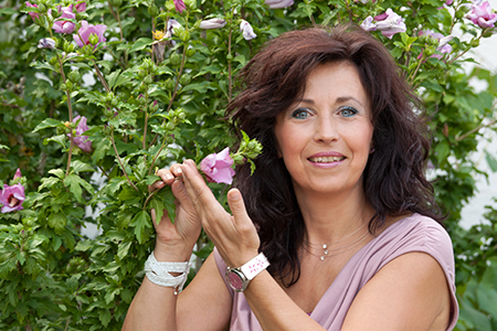 Sie sehen Sabine Plewnia im Garten. COPYRIGHT © 2020 Plewnia Naturprodukte.
